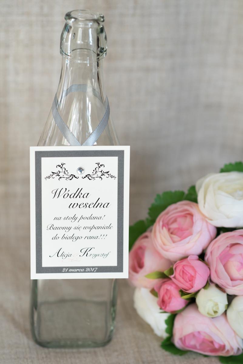 zdjęcie zawieszki z butelką alkoholu weselnego