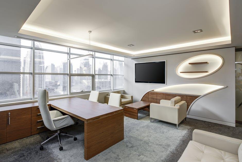 nowoczesne biurko w pokoju